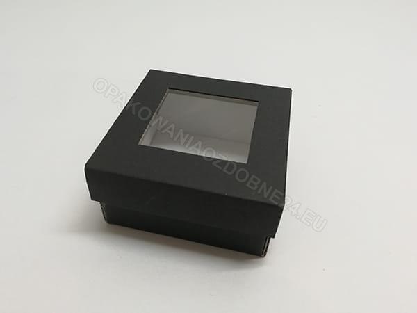 czarne pudełko z okienkiem